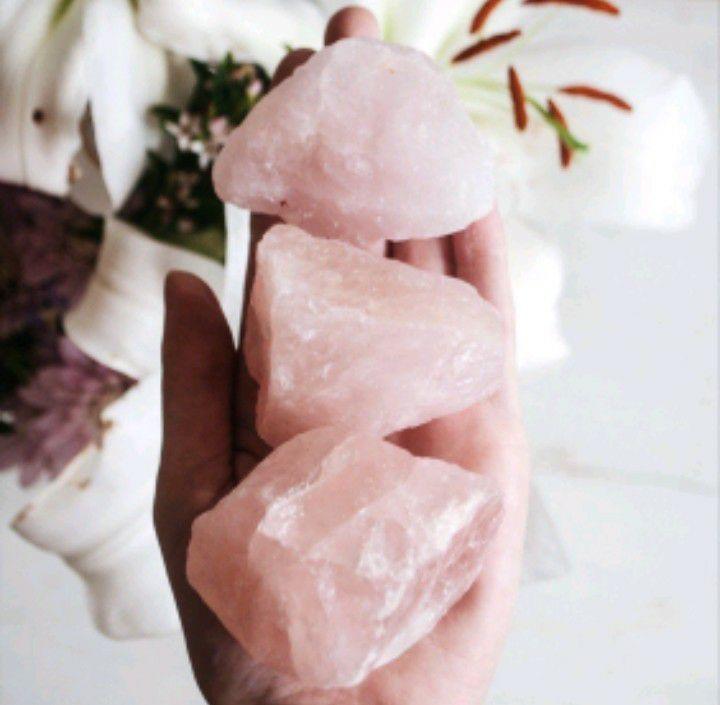 Meditazione con il quarzo rosa per riequilibrare il chakra del cuore