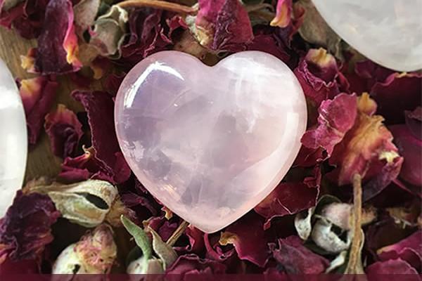 Incantesimo per attirare l'amore con il quarzo rosa